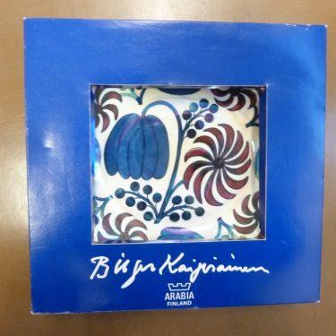 Arabia BK koristelautanen, sininen, punainen, suunnittelija Birger Kaipiainen, pieni, lysteri, signeerattu kuva 4
