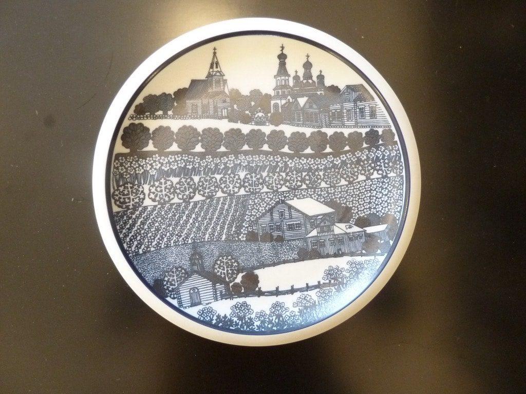 Arabia koristelautanen, Arabia 102 vuotta, suunnittelija Raija Uosikkinen, Arabia 102 vuotta, serikuva, maisema-aihe