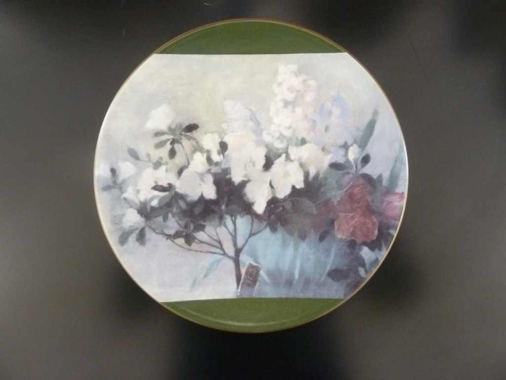 Arabia Atsalea ja hyasintteja decorative plate, designer Helene Schjerfbeck, silk screening, flower theme