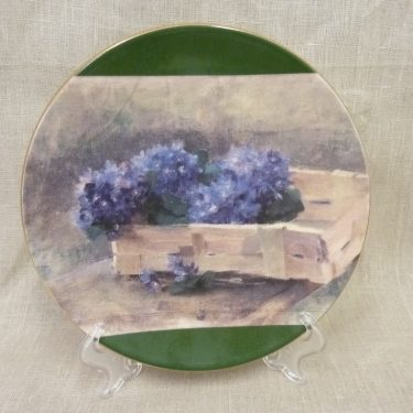 Arabia wall plate, Sinivuokkoja Pärekorissa, designer Helene Schjerfbeck, flower theme