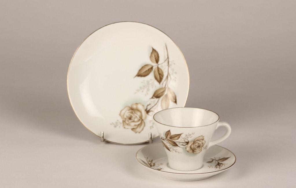 Arabia Juhlaruusu kahvikupit ja lautaset, suunnittelija Raija Uosikkinen,