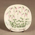 Arabia Botanica koristelautanen, Harakankello, suunnittelija Esteri Tomula, Harakankello, serikuva, kukka-aihe