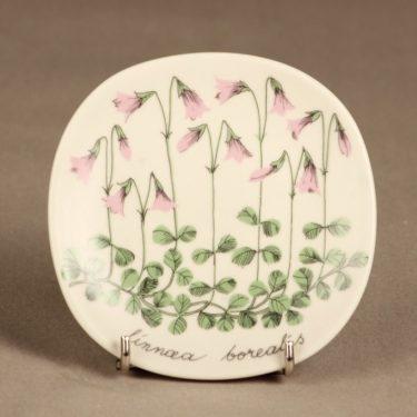 Arabia Botanica koristelautanen, Vanamo, suunnittelija Esteri Tomula, Vanamo, serikuva, kukka-aihe