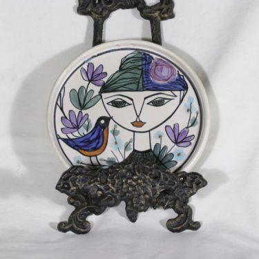 Kupittaan savi koristelautanen, käsinmaalattu, suunnittelija Laila Zink, käsinmaalattu, signeerattu