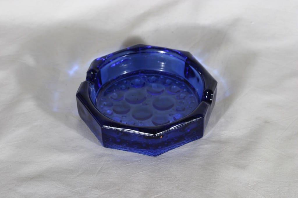 Riihimäen lasi 5642 tuhka-astia, sininen, suunnittelija Nanny Still,