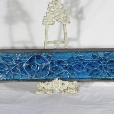 Arabia AH 1 seinälaatta, kukka-aihe, suunnittelija Annikki Hovisaari, kukka-aihe, signeerattu, käsinmaalattu