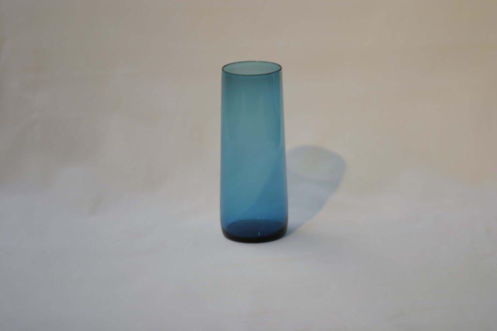Riihimäen lasi Harlekiini mehulasi, sininen, suunnittelija Nanny Still,
