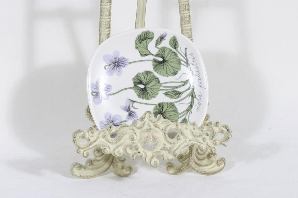 Arabia Botanica koristelautanen, Suo-orvokki, suunnittelija Esteri Tomula, Suo-orvokki