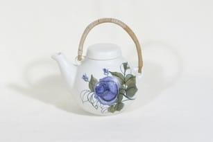 Arabia Kukka teekannu, 0.7 l, suunnittelija Hilkka-Liisa Ahola, 0.7 l, käsinmaalattu, signeerattu