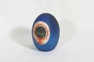 Nuutajärvi koristemuna, Turkinkanan muna, suunnittelija Oiva Toikka, Turkinkanan muna, signeerattu