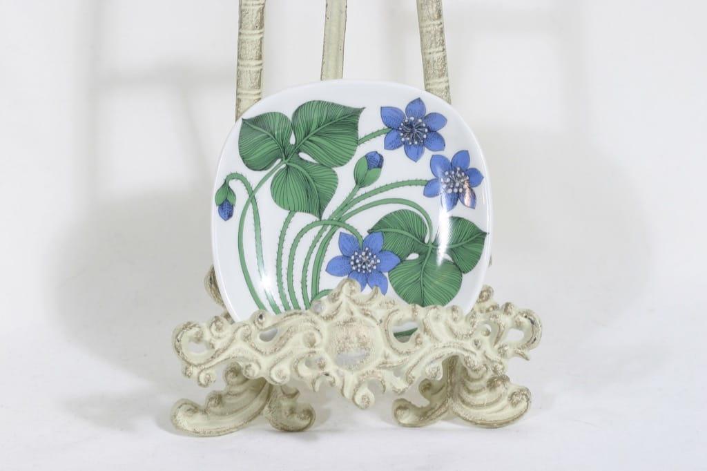 Arabia Botanica koristelautanen, Sinivuokko, suunnittelija Esteri Tomula, Sinivuokko, serikuva