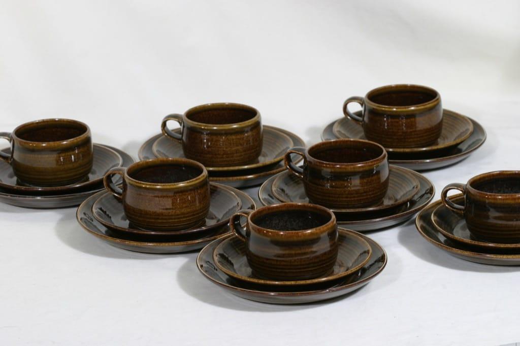 Arabia Mahonki kupit ja lautaset, ruskea, 7 kpl, suunnittelija Ulla Procope,