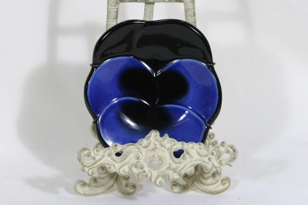 Arabia Viola seinälaatta, sininen-musta, suunnittelija Birger Kaipiainen,