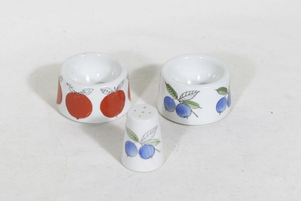 Arabia Omena, Marja munakupit ja sirotin, käsinmaalattu, 2 kpl, suunnittelija Esteri Tomula, käsinmaalattu
