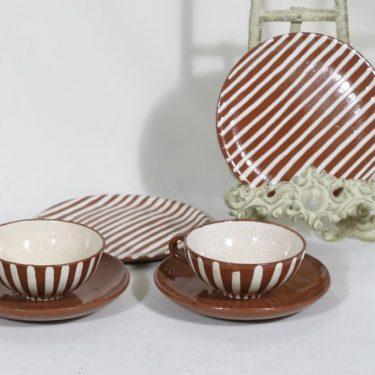 Kupittaan savi teekupit ja lautaset, käsinmaalattu, suunnittelija , käsinmaalattu, signeerattu