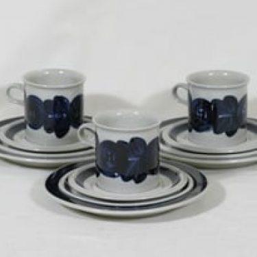 Arabia Anemone kaakaokupit ja lautaset, 3 kpl, suunnittelija Ulla Procope, käsinmaalattu, signeerattu
