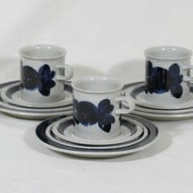 Arabia Anemone kaakaokupit ja lautaset, käsinmaalattu, 3 kpl, suunnittelija Ulla Procope, käsinmaalattu, signeerattu