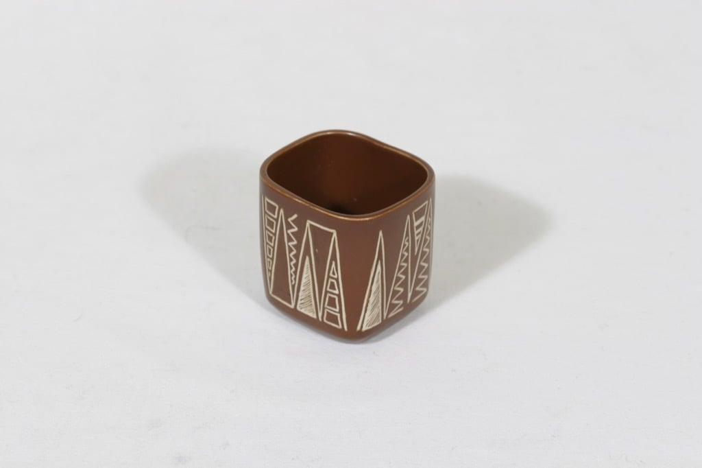 Arabia Tarina savukepikari, ruskea, suunnittelija Arabian taideteollisuusosasto, pieni, raaputuskoriste