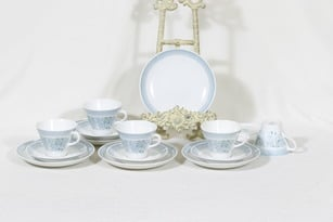 Arabia Elisabeth kahvikupit ja lautaset, 5 kpl, suunnittelija Raija Uosikkinen, serikuva