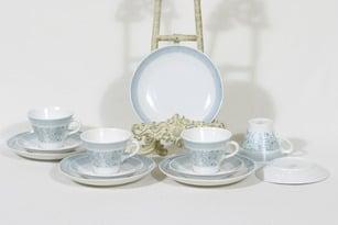 Arabia Elisabeth kahvikupit ja lautaset, 4 kpl, suunnittelija Raija Uosikkinen, serikuva
