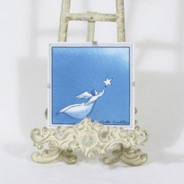 Arabia koristelaatta, Enkeli lentää, suunnittelija Heljä Liukko-Sundström, Enkeli lentää, pieni, signeerattu
