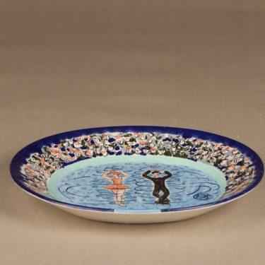 Arabia koristelautanen, Taitoluistelun mm-kisat 1999, suunnittelija Dorrit von Fieandt, Taitoluistelun mm-kisat 1999, signeerattu, osittain käsinmaalattu kuva 2