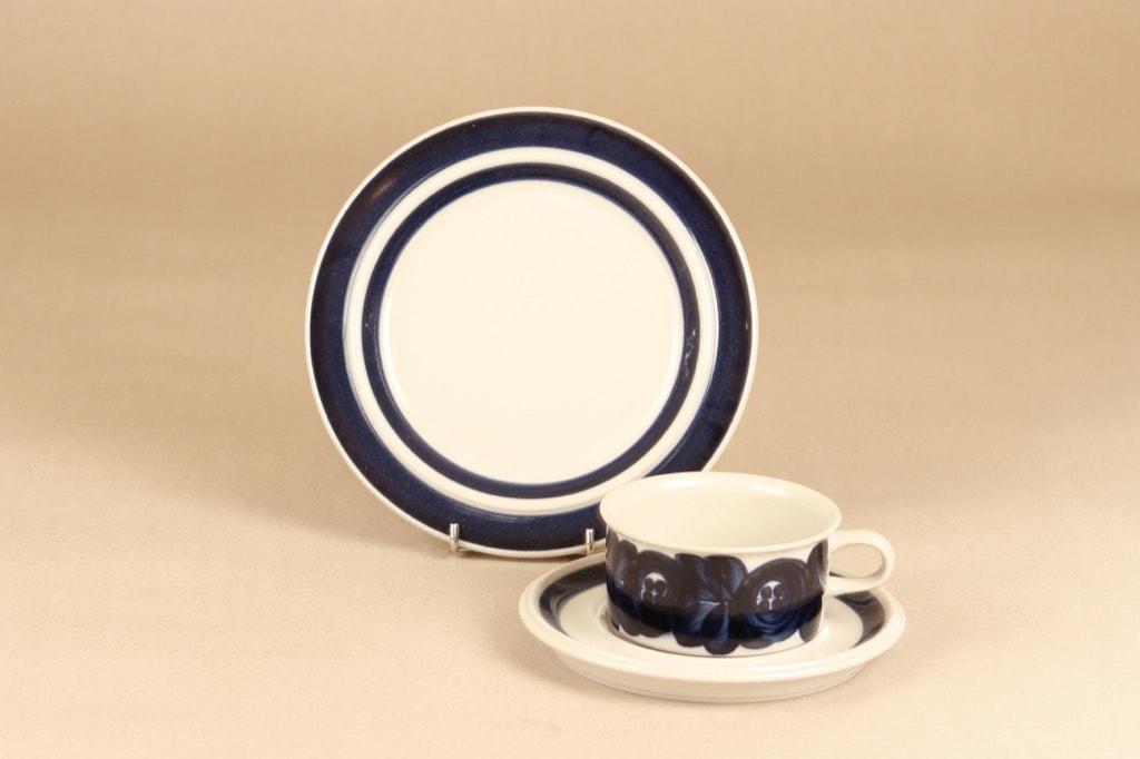 Arabia Anemone teekuppi ja lautaset 2 kpl, sininen, suunnittelija Ulla Procope, käsinmaalattu