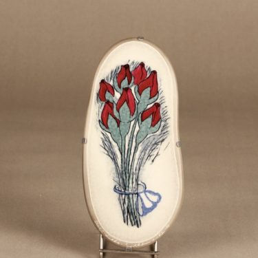 Arabia koristelaatta, Punaiset ruusunnuput, suunnittelija Heljä Liukko-Sundström, Punaiset ruusunnuput, serikuva, signeerattu, kukka-aihe
