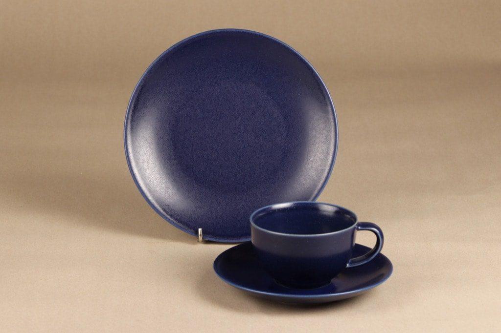 Arabia 24 h kahvikuppi ja lautaset, sininen, suunnittelija Heikki Orvola,
