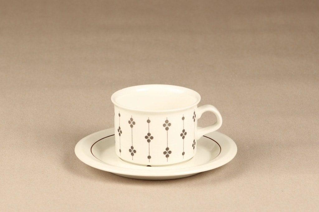 Arabia Kartano teekuppi, mustavalkoinen, suunnittelija Esteri Tomula, painettu ja maalattu