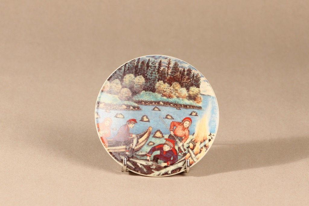 Arabia seinälautanen, Kalan paistajaiset kesäy̦ssä, suunnittelija Andreas Alariesto, Kalan paistajaiset kesäy̦ssä, Kalan paistajaiset kesäy̦ssä, lappi-aihe, naivismi
