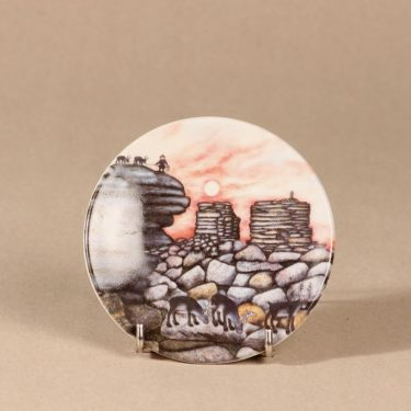 Arabia seinälautanen, Kivipaadet ilta-auringossa, suunnittelija Andreas Alariesto, Kivipaadet ilta-auringossa, Kivipaadet ilta-auringossa, lappi-aihe, naivismi