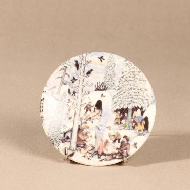 Arabia seinälautanen, Lappalaiset nuotiolla, suunnittelija Andreas Alariesto, Lappalaiset nuotiolla, Lappalaiset nuotiolla, lappi-aihe, naivismi