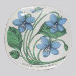Arabia Botanica Metsäorvokki koristelautanen, suunnittelija Esteri Tomula, Viola riviniana