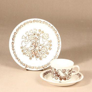 Arabia Sirkku kahvikuppi ja lautaset, tilaustyö, 3 kpl, suunnittelija Esteri Tomula, tilaustyö, serikuva