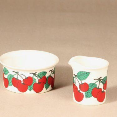 Arabia Kirsikka sokerikko ja kermakko, vihreä|punainen, suunnittelija Inkeri Seppälä, serikuva, marja-aihe