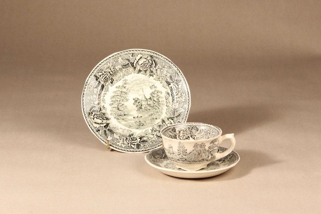 Arabia Maisema kahvikuppi ja lautaset, harmaa, suunnittelija , Kuppi 5,8 * 9,5 cm, asetti 14,5 cm, pullalautanen 17,5 cm