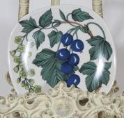Arabia Botanica Musta viinimarja koristelautanen, suunnittelija Esteri Tomula