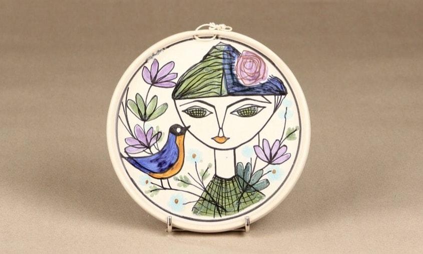 Kupittaan Savi valmisti Laila Zinkin suunnitteleman koristelautasen 1950-luvulla
