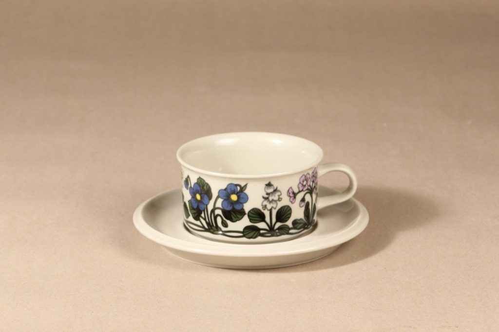Arabia Flora teekuppi, suunnittelija Esteri Tomula, serikuva, kukka-aihe