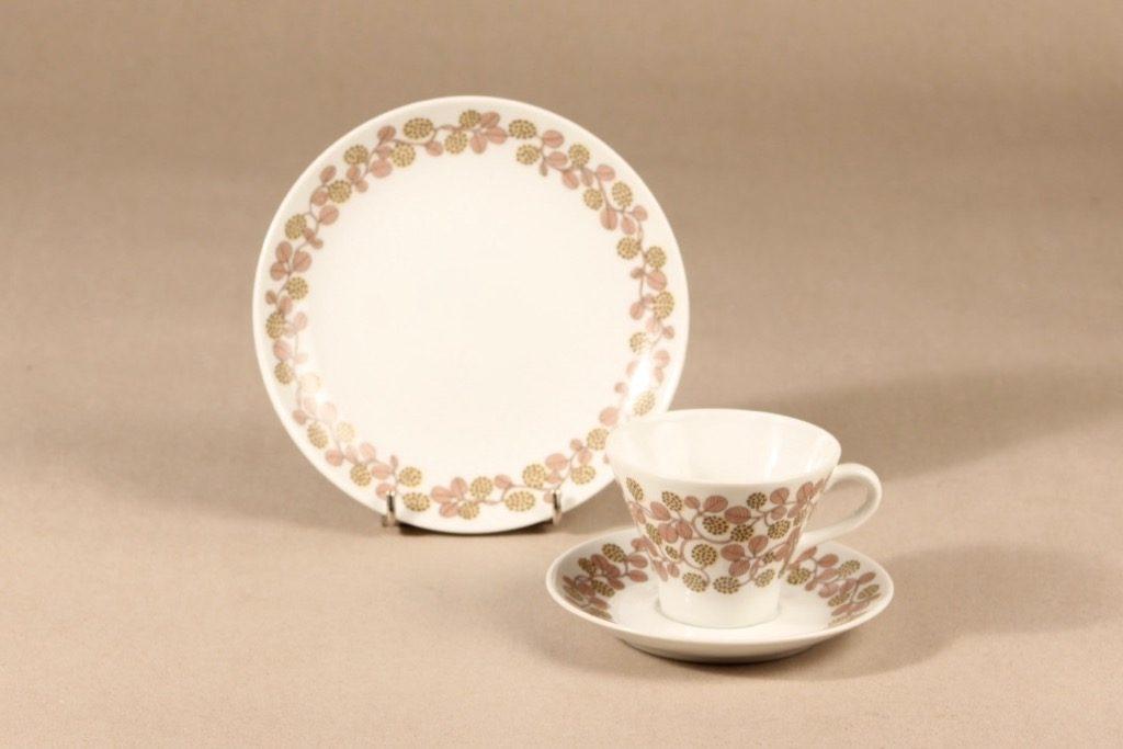 Arabia Marjatta kahvikuppi ja lautaset, 3 osaa, suunnittelija Raija Uosikkinen, 3 osaa, serikuva