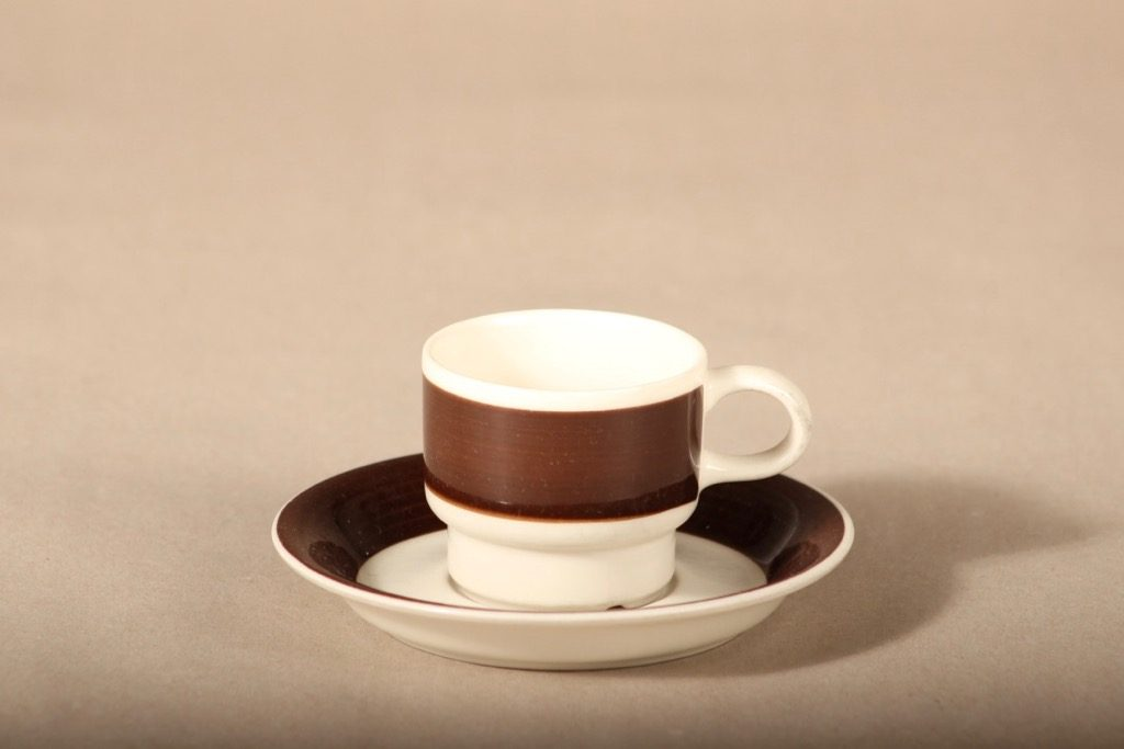 Arabia Inari kahvikuppi, ruskea, suunnittelija Göran Bäck, raitakoriste