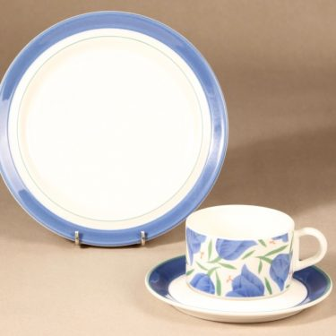 Arabia Balladi teekuppi ja lautaset, sininen, suunnittelija Heikki Orvola, kukkakoriste