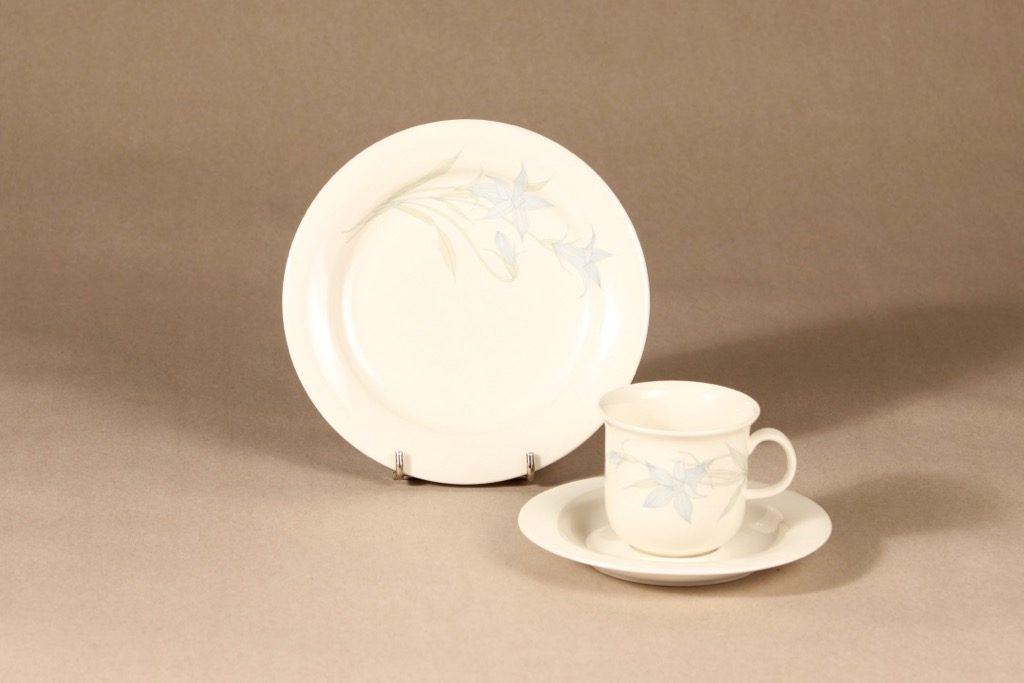 Arabia Sinikello kahvikuppi ja lautaset, sininen, suunnittelija Esteri Tomula, serikuva, kukka-aihe