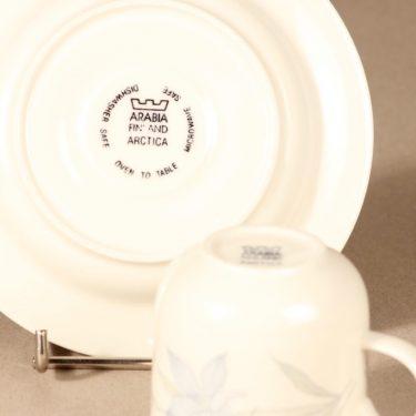 Arabia Sinikello kahvikuppi ja lautaset, sininen, suunnittelija Esteri Tomula, serikuva, kukka-aihe kuva 4