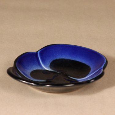 Arabia Viola koristelaatta, sininen, musta, suunnittelija Birger Kaipiainen,  kuva 2