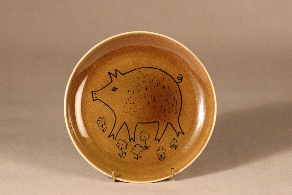 Arabia AR lautanen, käsinmaalattu, suunnittelija Gunvor Olin-Grönqvist, käsinmaalattu, sika-aihe, käsinmaalattu