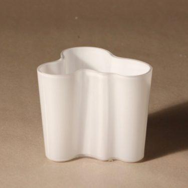 Iittala Aalto  maljakko, valkoinen, suunnittelija Alvar Aalto, konesigneeraus kuva 2