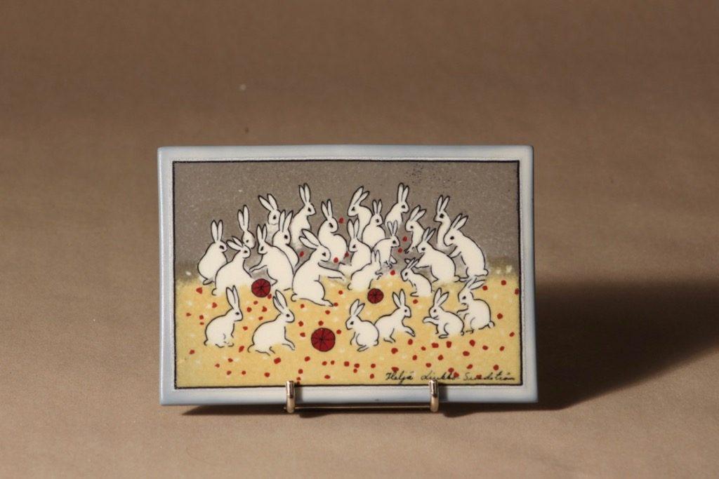 Arabia seinälaatta, Ryhmäkuvassa, suunnittelija Heljä Liukko-Sundström, Ryhmäkuvassa, jänisaihe, serikuva