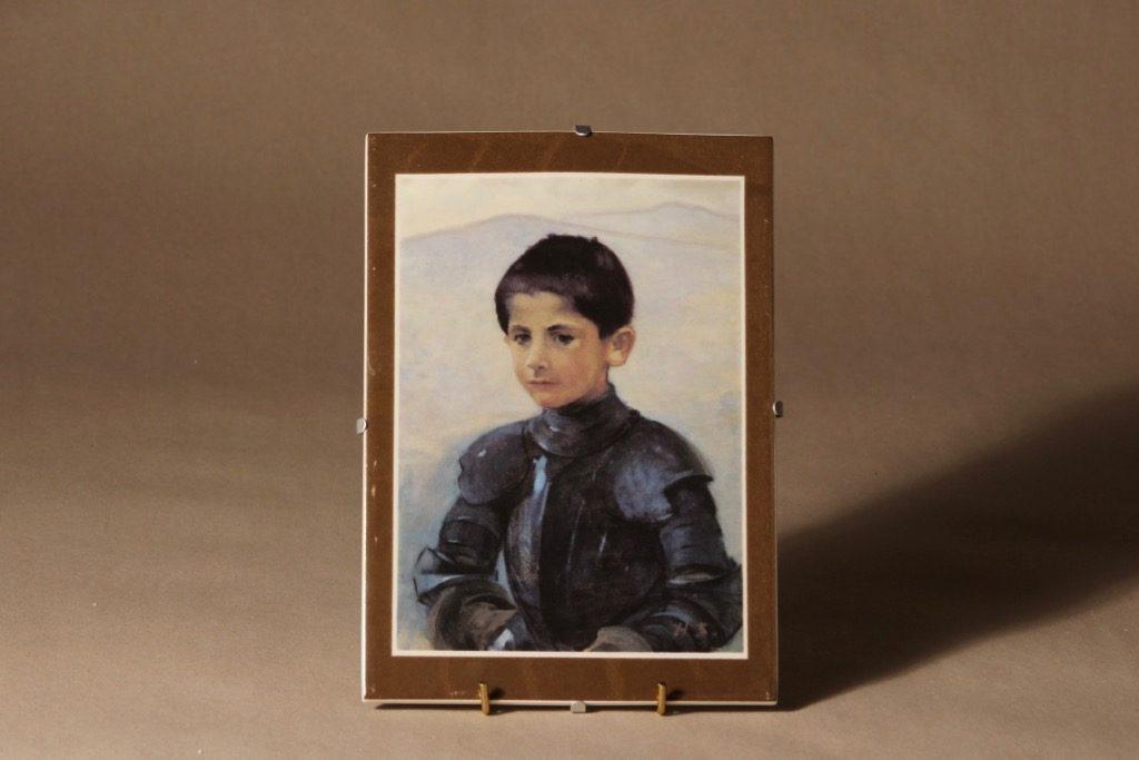 Arabia seinälaatta, Haarniskapukuinen poika suunnittelija Helene Schjerfbeck, Onkiva tyttö